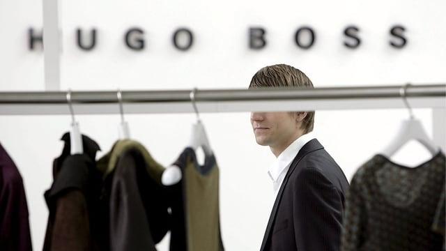 Blick auf eine Kleiderstange mit Kleidungsstücken von Hugo Boss.