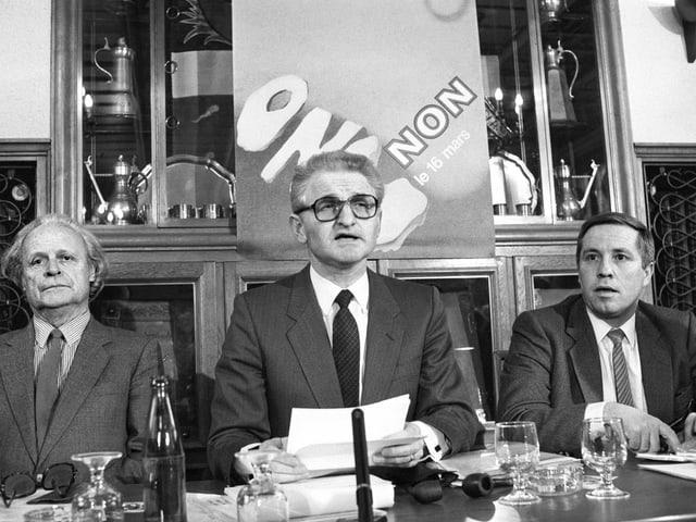 Mitglieder des Aktionskomitees gegen einen UNO-Beitritt der Schweiz 1986: Otto Fischer, Hubert Reymond und Christoph Blocher (v.l.n.r.). Schwarz-weiss-Foto
