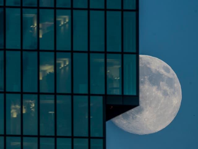 Supervollond taucht hinter dem Hochhaus Primetower in Zürich auf