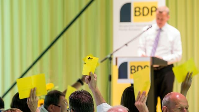 BDP-Delegierte heben Zettel in die Höhe