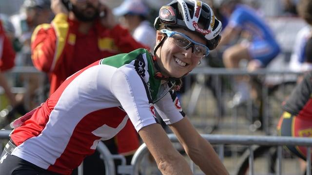 Mountainbikerin Katrin Leumann lacht auf dem Rad in die Kamera