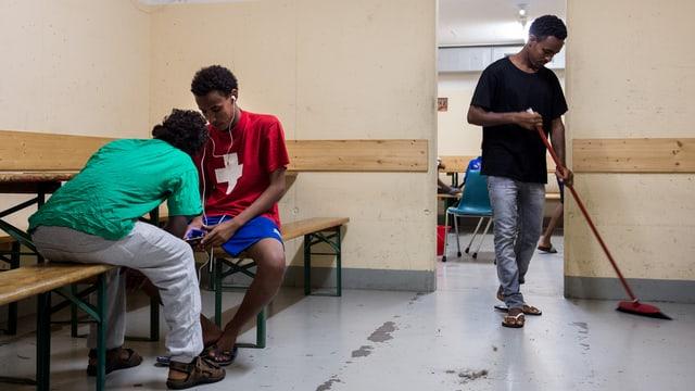 Requirents d'asil da l'Eritrea a Lumino en il Tessin.