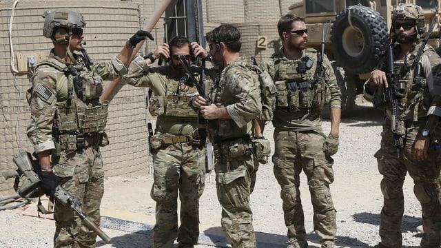 Voll ausgerüstete Soldaten in Afghanistan vor einem Einsatz.