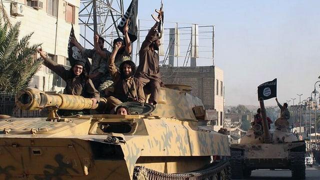 Kämpfer sitzen auf Panzer und fahren durch eine Stadt