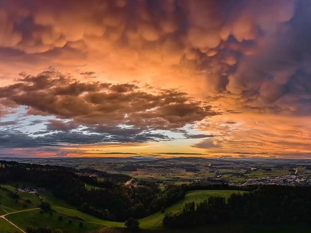 Bewölkter Himmel mit Wolken, die wie Säcke von der Unterkante herunterhängen.