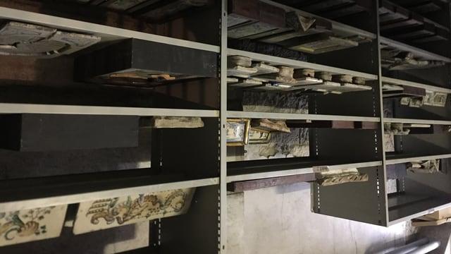 Alte Kacheln für Holzöfen lagern im Keller des Kirchhoferhauses.