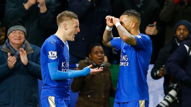 Jamie Vardy von Leicester City und ein Teamkollege bejubeln einen Treffer.
