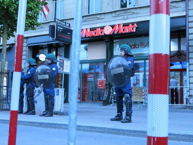 Laden dicht: die Berner Polizisten lassen die Demonstranten nicht nahe ans Gebäude heran.