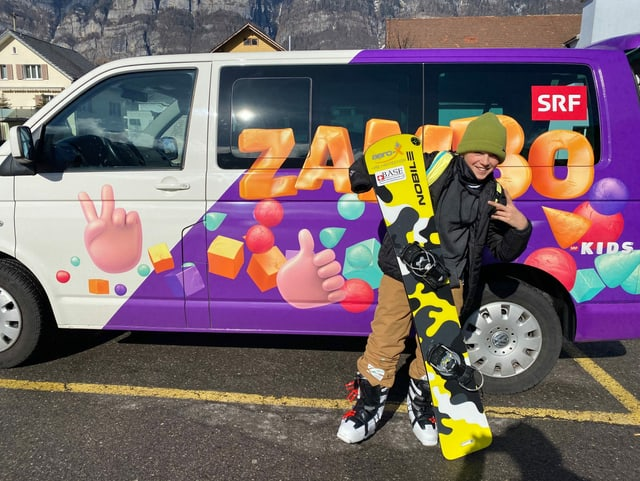 Der «Zambo-Bus» ist quer durchs Land für dich unterwegs. Hier zum Beispiel beim Snowboard-Pro Gaël (13), der eine Fehlbildung an einer Hand hat, beim Training für die Paralympics 2026.