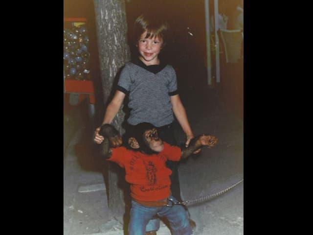 Sven Epiney als Kind mit Schimpansen.