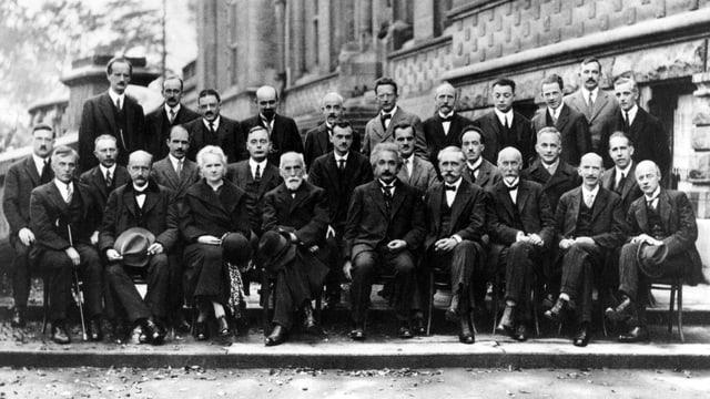 Schwarz-Weiss-Fotografie: Gruppenbild aller 29 Teilnehmer