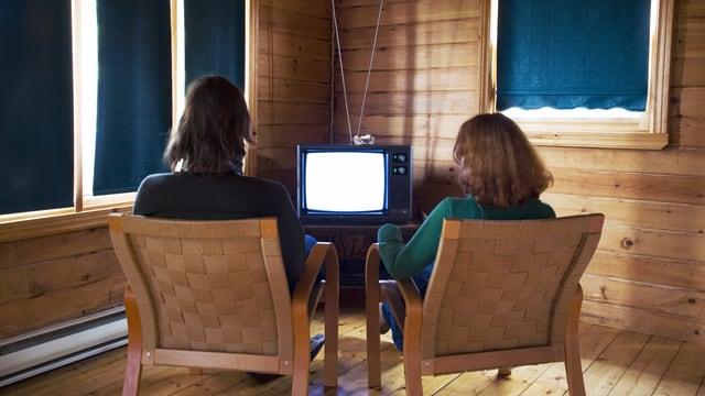 Ein Paar schaut Fernsehen.