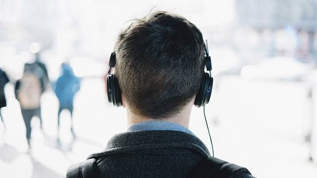 Ein Mann von hinten mit Kopfhörern.