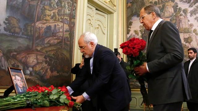 Der russische Aussenminister Sergej Lawrow legt Blumen nieder im Andenken an den getöteten Botschafter Andrej Karlow.