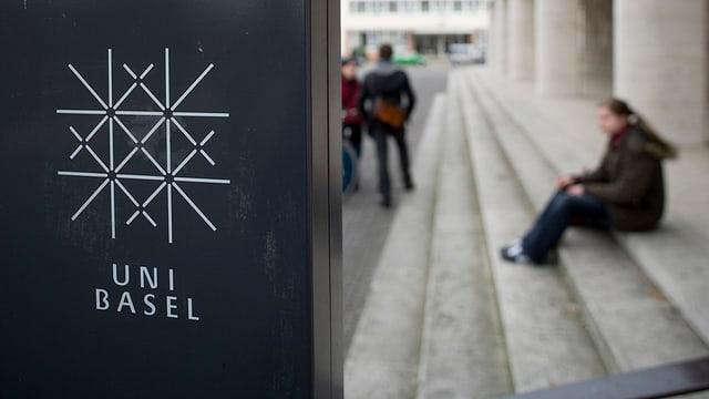 Das Logo der Uni vor dem Kollegiengebäude.