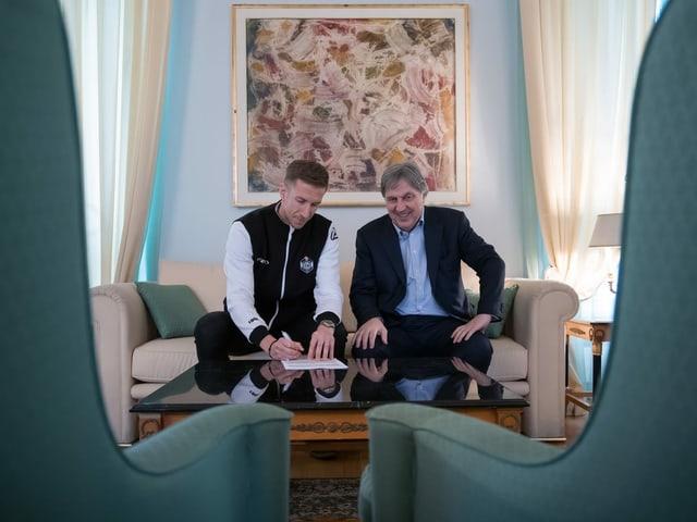 Vertragsunterzeichnungen zwischen Marc Janko (links) und Luganos Präsident Angelo Renzetti