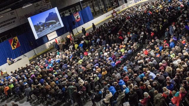 Gemeindeversammlung in riesiger Halle.