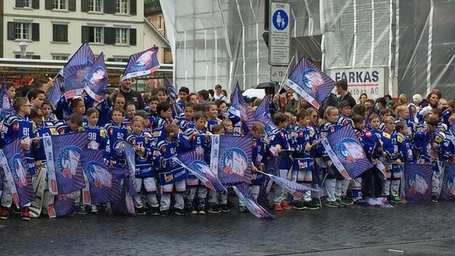 ZSC-Junioren in Vollmontur machen Stimmung vor dem Zürcher Rathaus vor der Debatte des Gemeinderats.