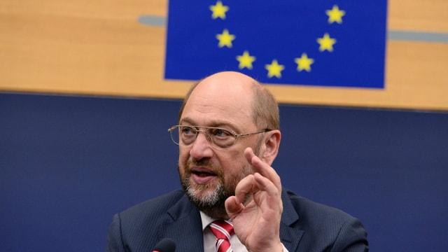 Porträt von Martin Schulz mit erhobener Hand.