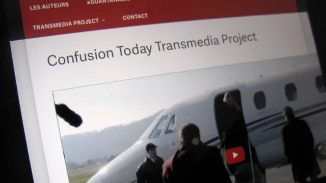 Bildschirmaufnahme, auf der «Confusion Today» steht. Ein Foto zeigt Leute, die in ein Flugzeug steigen.
