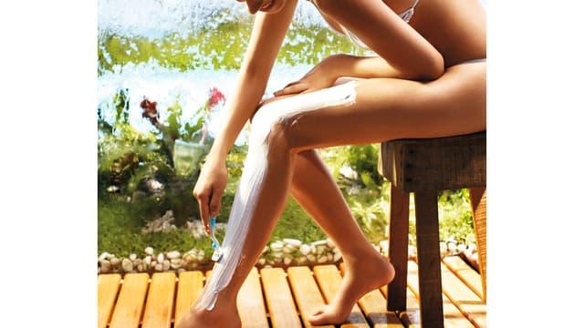 Frau rasiert sich Beine