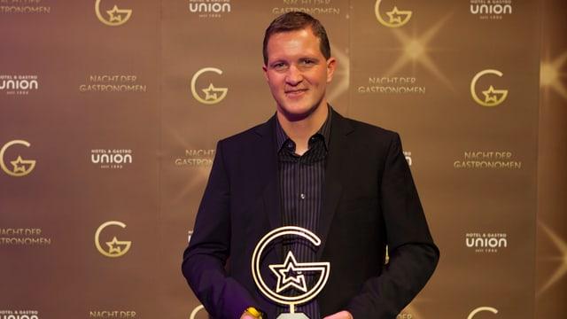 Dario Cadonau cun il premi da simpatia «Gastrostern 2016»