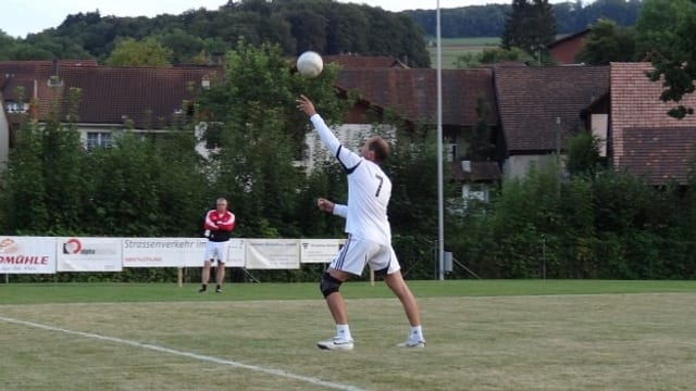 Ein Spieler aus Oberentfelden spielt an.
