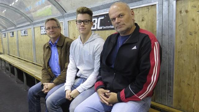 Drei Männer auf Bank
