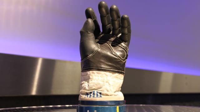 Handschuh von einem Astronautenanzug.