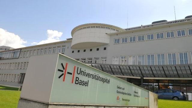 Der Eingang des Universitätsspital Basel mit einem grossen Logo-Balken