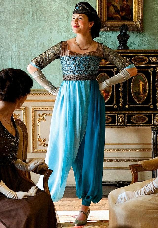 Weite hellblaue Frauenhosen im arabischen Stil.