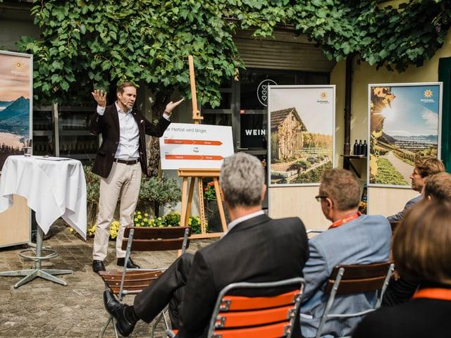 Martin Nydegger, il directur da Svizra Turissem presenta la campagna d'atun avant ils envidads.