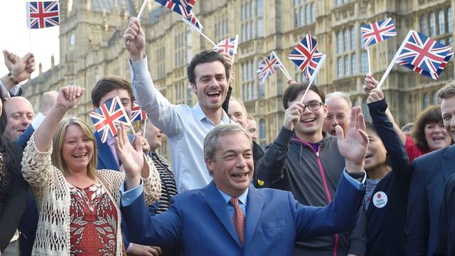 Nigel Farages Anhänger schwenken britische Fähnchen.