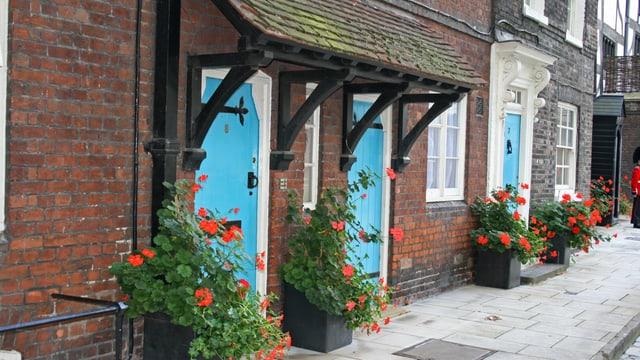 Reihenhäuser mit blauen Türen