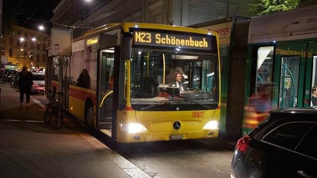 Bus N23 Schönenbuch steht im dunkelns an einer haltestelle.