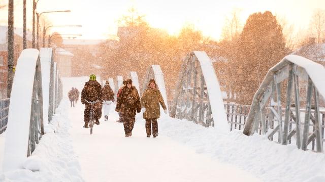 Brücke in Umea im Winter.