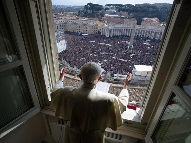 Auf dem Petersplatz verfolgten Zehntausende den Auftritt des Papstes