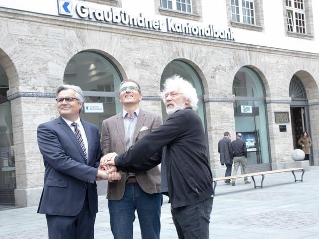 Da sanester: Alois Vinzens, CEO da la BCG,  Tom Leibundgut, cusseglier da la citad e l'artis Robert Indermauer.