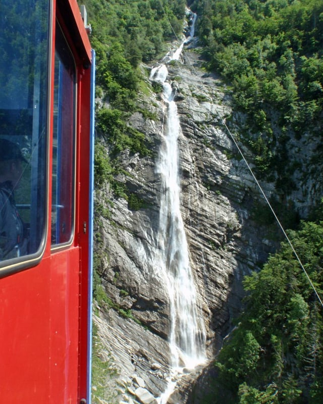 Zu sehen gibt es auch einen spektakulären Wasserfall.