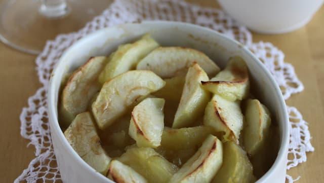Dessert: Gratinierte Äpfel mit Calvados-Glacé und «Sensler Härzbräzele»