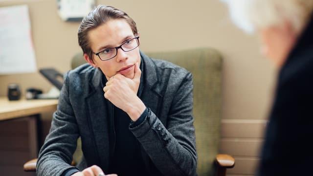 Janosch mit Brille und nachdenklichem Blick