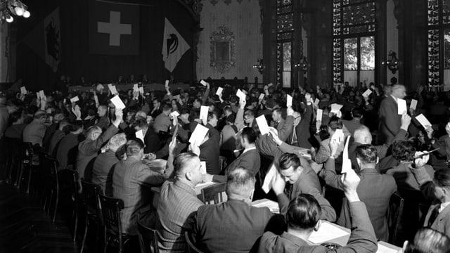 Gewerkschaftler halten 1953 in Interlaken Karten zur Abstimmung hoch