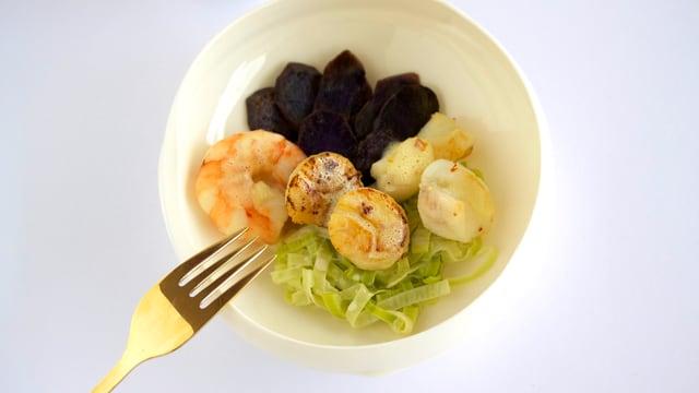 Marmite du pêcheur (Fischertöpfchen) auf Lauchbeet mit blauen Kartoffeln.