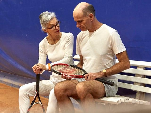 Paar auf Bank in Tenniskluft