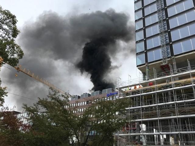 Starke Rauchentwicklung wegen Brand bei der Baloise-Versicherung.