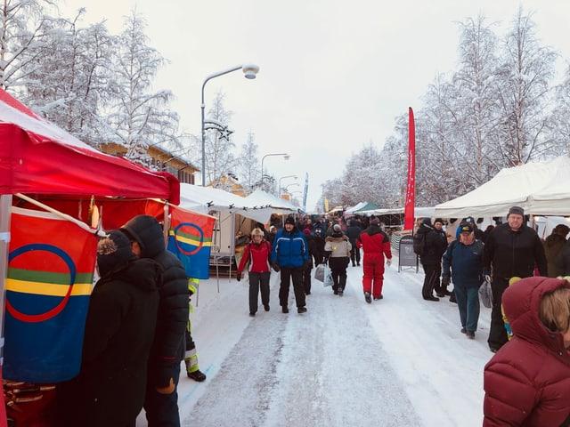 Menschen auf Markt im Schnee