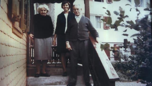 Grüninger mit Frau und Tochter vor seinem Hauseingang.