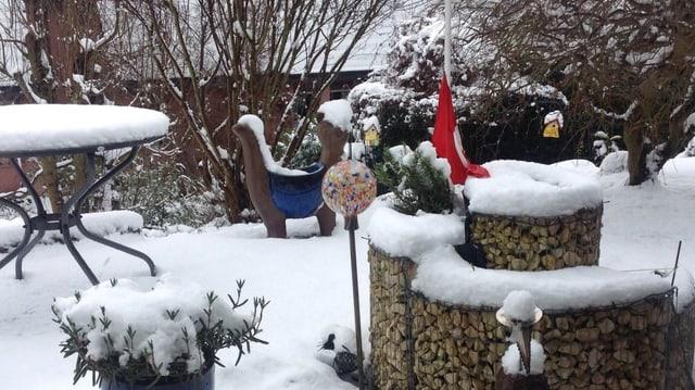 Dicke Schneeschicht im Garten.