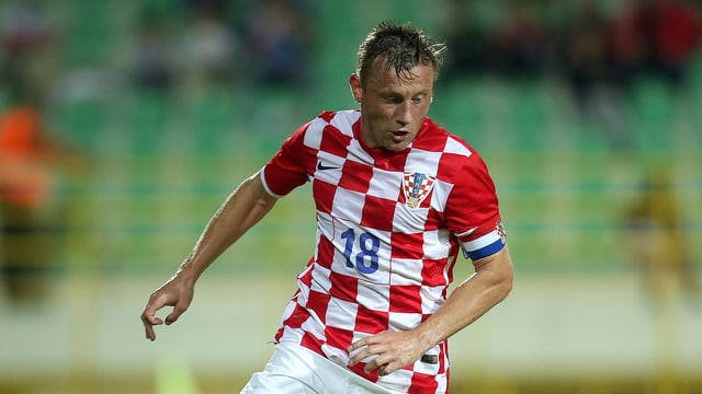 Ivica Olic schaut auf den Ball.