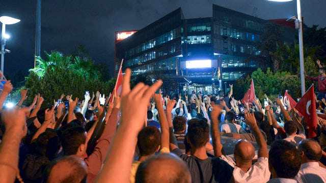 Menschenmenge vor Bürogebäude